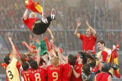 Spanische Mannschaft feiert Trainer Aragonés