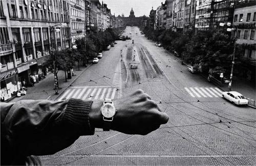 Koudelka: (Mano y reloj de pulsera), 1968, copia de 1990 Cortesía Josef Koudelka/Magnum Photos