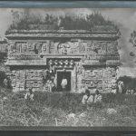 Chichén Itzá: El Palacio. Templo de tres Cuerpos. 1. Cuerpo. Fachada Este. 1892.