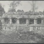 Palenque: Palacio principal. 1. Patio. El edificio intermedio. Fachada Este. 1877 oder 1898.