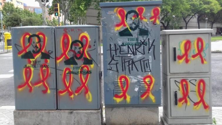 Gegner der Unabhängigkeitsbewegung haben die gelben Schleifen übermalt. (Deutschlandradio / Julia Macher)