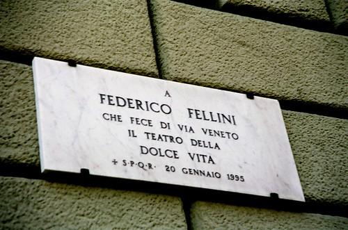 Fellini gewidmete Tafel in der Via Veneto, Rom